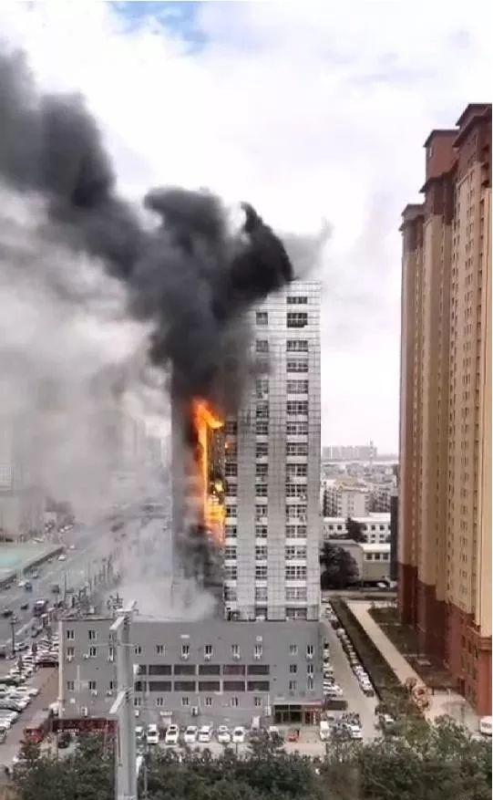 """洛阳出大事了,九都路全聚德综合楼起""""大火""""...疑是外保温助燃"""