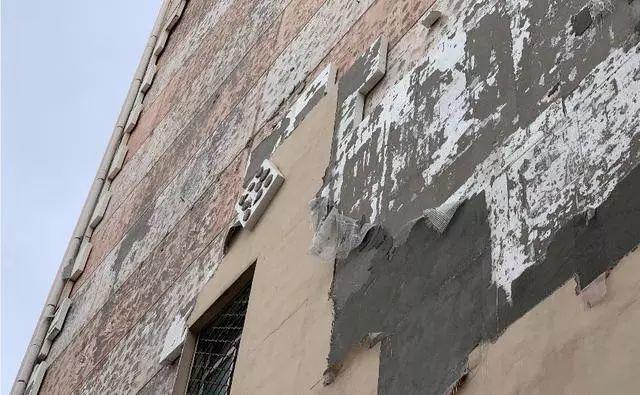 提心吊胆!哈尔滨一居民楼外墙保温板似掉不掉,悬半空,没人管