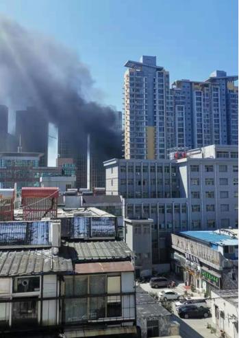 突发!泰安中南工地一个月内两度着火,工人电焊作业引燃保温板
