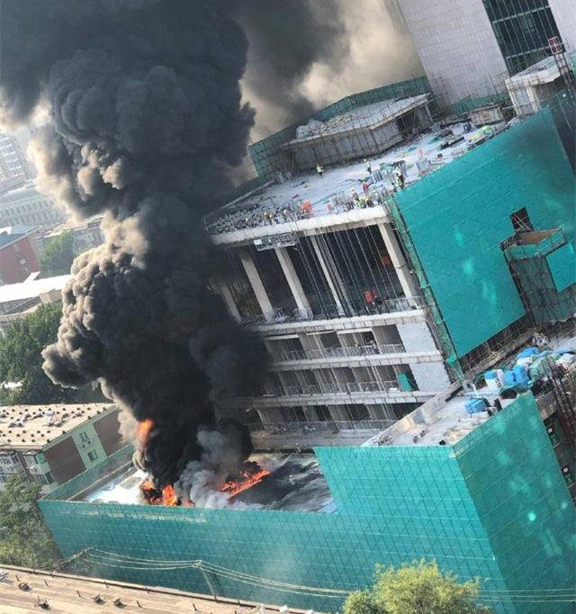 朝阳区一建筑工地着火,系焊接作业引燃保温材料所致